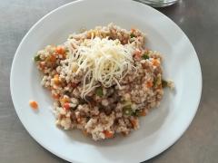 Zeleninové krupoto, strouhaný sýr, zeleninový salát