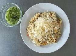 Zeleninové kuskusové rizoto se sýrem, okurkový salát
