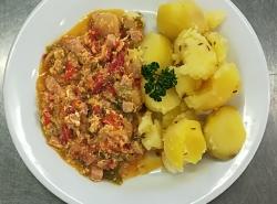 Zeleninové lečo se šunkou a vejci, vařený brambor