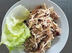 Zelný salát s červenou fazolí, tuňákem a zázvor.emulzí, cereální houska