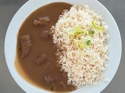 Znojemský guláš, dušená rýže