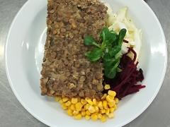 Čočkový nákyp s mletým masem, zeleninový salát