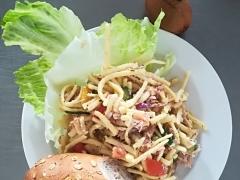 Špeclový salát s tuňákem a zeleninou, přízdoba