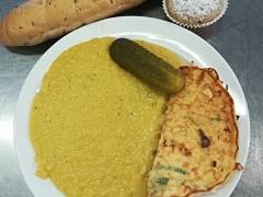 Cizrnová kaše, vaječná omeleta, sterilovaná okurka, sojový rohlík