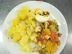 Francouzská dušená zelenina, sázené vejce, vařený brambor