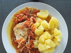 Krůtí prsa na zelenině, vařený brambor