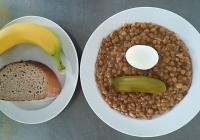 Čočka na kyselo, vařené vejce, chléb, sterilovaná okurka