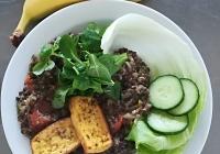 Čočkový salát s pohankou a uzeným tofu, cereální pečivo