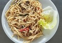 Špagety s houbami, paprikou a olivami