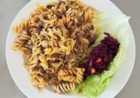Italské barevné těstoviny s masem a žampiony