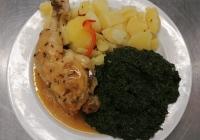 Pečené kuřecí stehno, dušený špenát, vařený brambor