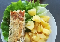 Rybí nákyp s vejci, vařený brambor, zeleninový salát